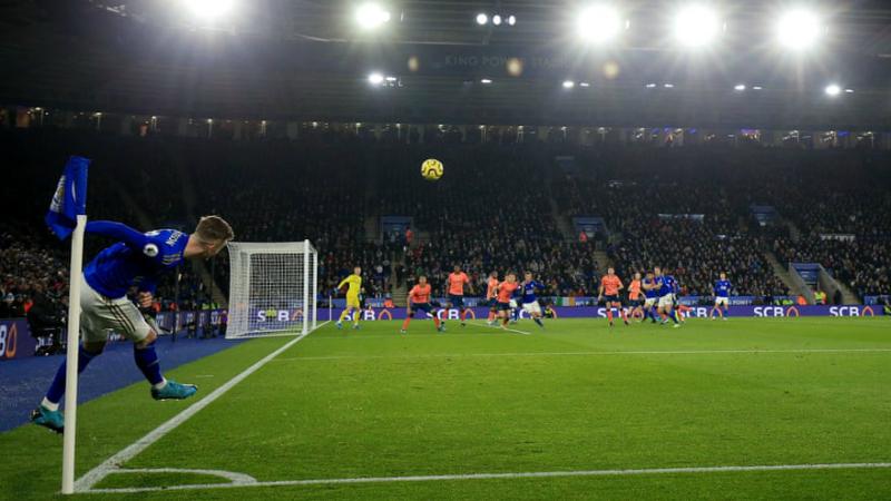 Záložník Leicesteru City James Maddison zahrává rohový kop v utkání 15. kola anglické ligy s Evertonem (2:1)
