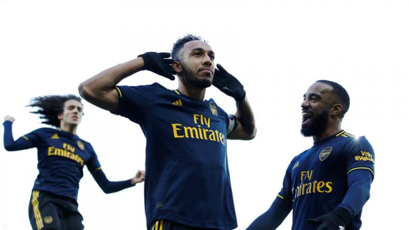 Gabonský útočník Arsenalu Pierre-Emerick Aubameyang slaví první ze svých dvou branek v utkání 14. kola anglické ligy na hřišti Norwiche City (2:2)